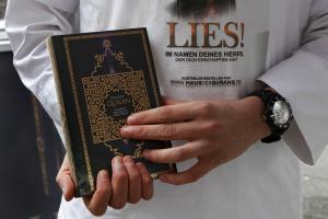 Salafisten-verteilen-Korane.jpg