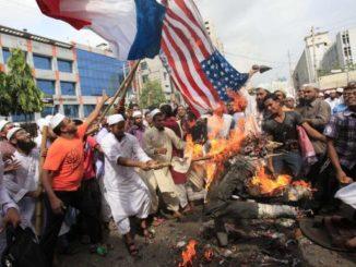Bangladeshi-Muslims-burn-U.jpg