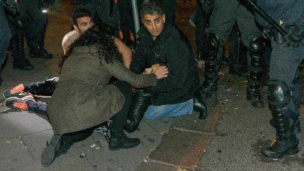 teilnehmer-einer-demo-gegen-den-is-kuemmern-sich-um-einen-verletzten-in-hamburg.jpg