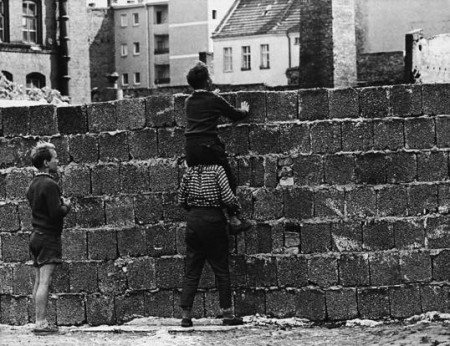 ARCHIV: In this Aug. 23, 1961 file photo, a boy sitting on the shoulders of another child peers at the Liesen street in Wedding, West Berlin, over the wall towards the eastern part of the city. Am 13. August 2011 jaehrt sich der Tag des Mauerbaus in Berlin zum 50. Mal. (zu dapd-Text) Foto: Werner Kreusch/AP/dapd